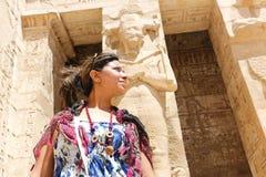 Γυναίκα τουριστών στο ναό πόλεων Habu σε Luxor Στοκ Φωτογραφίες