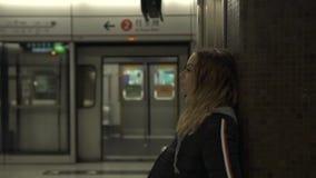 Γυναίκα τουριστών στο τραίνο αναμονής σταθμών μετρό στην πλατφόρμα Ταξιδιωτική νέα γυναίκα υπόγεια Μεταφορά πόλεων E φιλμ μικρού μήκους