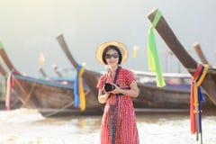 Γυναίκα τουριστών στο AO nang, Krabi, Ταϊλάνδη Στοκ Εικόνες