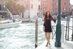Γυναίκα τουριστών ταξιδιού στην αποβάθρα ενάντια στην όμορφη άποψη σχετικά με το ενετικό chanal στη Βενετία, Ιταλία Στοκ εικόνες με δικαίωμα ελεύθερης χρήσης