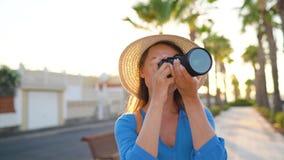Γυναίκα τουριστών φωτογράφων που παίρνει τις φωτογραφίες με τη κάμερα σε ένα όμορφο τροπικό τοπίο στο ηλιοβασίλεμα απόθεμα βίντεο