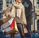 Γυναίκα τουριστών Piazza del Duomo που κοιτάζει κατά μέρος Στοκ Εικόνες