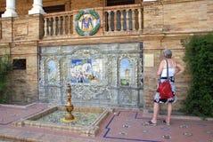 Γυναίκα τουριστών Plaza de Espana στη Σεβίλη, Ανδαλουσία, Ισπανία Στοκ Φωτογραφίες