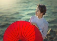 Γυναίκα του Βιετνάμ σε άσπρο AO-Dai Στοκ Φωτογραφίες
