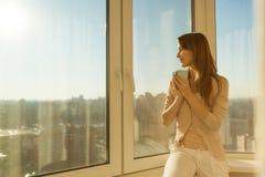 Γυναίκα το πρωί Η ελκυστική τρυφερή νέα γυναίκα κρατά το α στοκ φωτογραφίες