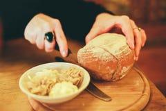 Γυναίκα το φρέσκο σπίτι που γίνεται που κόβει το ψωμί στοκ φωτογραφία με δικαίωμα ελεύθερης χρήσης