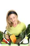 γυναίκα τροφίμων καλαθιών στοκ φωτογραφίες με δικαίωμα ελεύθερης χρήσης