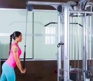 Γυναίκα τροχαλιών Triceps pressdown υψηλή workout στοκ εικόνες με δικαίωμα ελεύθερης χρήσης