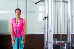 Γυναίκα τροχαλιών Triceps pressdown υψηλή workout στοκ εικόνες