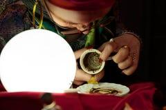Γυναίκα τσιγγάνων που παρουσιάζει κενή κούπα καφέ για τη μελλοντική ανάγνωση Στοκ εικόνες με δικαίωμα ελεύθερης χρήσης