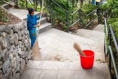 Γυναίκα των καθαρίζοντας σκαλών του Νεπάλ Στοκ Φωτογραφία