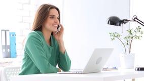 Γυναίκα υπάλληλος που μιλά σε Smartphone Στοκ εικόνες με δικαίωμα ελεύθερης χρήσης