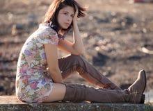 Γυναίκα υπαίθρια το φθινόπωρο στο φόρεμα και τις μπότες Στοκ Εικόνα