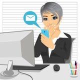 Γυναίκα υπαλλήλων που αποσπάται από την εργασία που κουβεντιάζει με το smartphone στο γραφείο Στοκ φωτογραφία με δικαίωμα ελεύθερης χρήσης