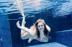 Γυναίκα υποβρύχια στοκ εικόνα με δικαίωμα ελεύθερης χρήσης