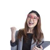 Γυναίκα υπολογιστών ταμπλετών που κερδίζει ευτυχή συγκινημένο Στοκ Φωτογραφία