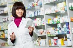 Γυναίκα φαρμακοποιών φαρμακείων στο φαρμακείο στοκ εικόνες με δικαίωμα ελεύθερης χρήσης
