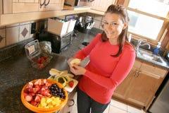 γυναίκα φετών μήλων Στοκ φωτογραφίες με δικαίωμα ελεύθερης χρήσης