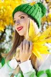 Γυναίκα φθινοπώρου ευχαριστημένη από τα ζωηρόχρωμα φύλλα πτώσης Στοκ Φωτογραφία