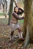 Γυναίκα φθινοπώρου που φορά τα μαγκάές ποδιών στοκ εικόνες
