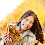 Γυναίκα φθινοπώρου/πτώσης που κρατά τα ζωηρόχρωμα φύλλα Στοκ Φωτογραφίες