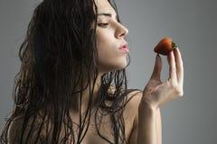 γυναίκα φραουλών εκμετάλλευσης στοκ εικόνες με δικαίωμα ελεύθερης χρήσης