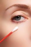 Γυναίκα φροντίδας δέρματος που αφαιρεί το πρόσωπο makeup με την πατσαβούρα βαμβακιού Έννοια φροντίδας δέρματος Καυκάσιο πρότυπο μ Στοκ φωτογραφία με δικαίωμα ελεύθερης χρήσης