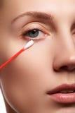 Γυναίκα φροντίδας δέρματος που αφαιρεί το πρόσωπο makeup με την πατσαβούρα βαμβακιού Έννοια φροντίδας δέρματος Καυκάσιο πρότυπο μ Στοκ εικόνα με δικαίωμα ελεύθερης χρήσης