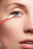 Γυναίκα φροντίδας δέρματος που αφαιρεί το πρόσωπο makeup με την πατσαβούρα βαμβακιού Έννοια φροντίδας δέρματος Καυκάσιο πρότυπο μ Στοκ Εικόνες