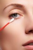 Γυναίκα φροντίδας δέρματος που αφαιρεί το πρόσωπο makeup με την πατσαβούρα βαμβακιού Έννοια φροντίδας δέρματος Καυκάσιο πρότυπο μ Στοκ εικόνες με δικαίωμα ελεύθερης χρήσης