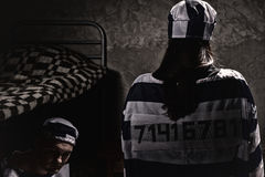 Γυναίκα φυλακισμένος που φορά τη φυλακή ομοιόμορφη με ραμμένο standin αριθμού Στοκ φωτογραφία με δικαίωμα ελεύθερης χρήσης