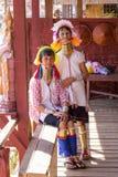 Γυναίκα φυλών μακρύς-λαιμών δύο padaung Λίμνη Inle, το Μιανμάρ, Βιρμανία Στοκ Εικόνες
