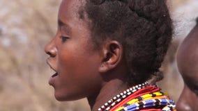 Γυναίκα φυλών Samburu που χορεύει και που τραγουδά Παραδοσιακός χορός Samburu απόθεμα βίντεο