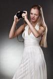 γυναίκα φωτογραφικών μηχ&alp Στοκ εικόνες με δικαίωμα ελεύθερης χρήσης