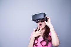 Γυναίκα φόβου που προσέχει την εικονική πραγματικότητα Στοκ Φωτογραφίες