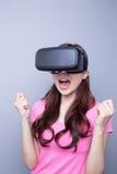 Γυναίκα φόβου που προσέχει την εικονική πραγματικότητα Στοκ φωτογραφίες με δικαίωμα ελεύθερης χρήσης