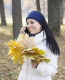 γυναίκα φύλλων φθινοπώρου Στοκ εικόνα με δικαίωμα ελεύθερης χρήσης