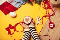 γυναίκα φλυτζανιών καφέ Στοκ Εικόνα