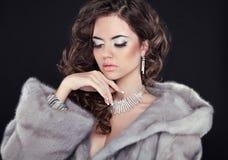 Γυναίκα χειμερινής ομορφιάς στο παλτό γουνών βιζόν Πρότυπο portrai κοριτσιών μόδας στοκ εικόνες
