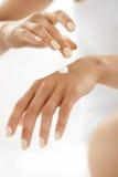 γυναίκα χεριών κρέμας Κινηματογράφηση σε πρώτο πλάνο των θηλυκών χεριών που εφαρμόζουν το λοσιόν στοκ φωτογραφία με δικαίωμα ελεύθερης χρήσης