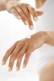 γυναίκα χεριών κρέμας Κινηματογράφηση σε πρώτο πλάνο των θηλυκών χεριών που εφαρμόζουν το λοσιόν Στοκ εικόνες με δικαίωμα ελεύθερης χρήσης