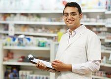 Γυναίκα χημικών φαρμακείων στο φαρμακείο στοκ εικόνες με δικαίωμα ελεύθερης χρήσης