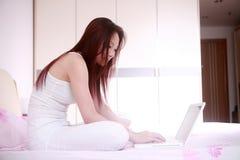 γυναίκα χρήσης lap-top σπορείων Στοκ φωτογραφία με δικαίωμα ελεύθερης χρήσης