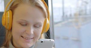 Γυναίκα χρησιμοποιώντας το κύτταρο και ακούοντας τη μουσική απόθεμα βίντεο