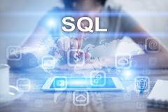 Γυναίκα χρησιμοποιώντας το PC ταμπλετών, πιέζοντας στην εικονική οθόνη και επιλέγοντας το SQL Στοκ Εικόνες
