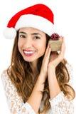 Γυναίκα Χριστουγέννων ευχαριστημένη από το δώρο της Στοκ Εικόνες