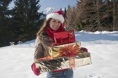 Γυναίκα Χριστουγέννων με τα δώρα Στοκ Φωτογραφία