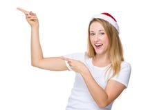 Γυναίκα Χριστουγέννων με το σημείο δύο δάχτυλων επάνω Στοκ Φωτογραφίες