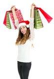 Γυναίκα Χριστουγέννων που ανυψώνει επάνω τις τσάντες αγορών Στοκ Φωτογραφίες