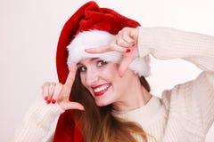 Γυναίκα Χριστουγέννων που κάνει το πλαίσιο με τα χέρια της Στοκ Φωτογραφία